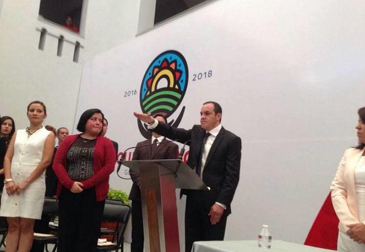 Imagen del momento en que Cuauhtémoc Blanco rinde protesta como nuevo alcalde de Cuernavaca. (twitter/@CuauhtemocBco)