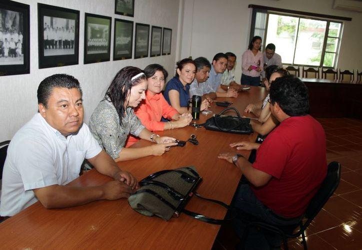 Solo 10 regidores y el síndico municipal acudieron a la reunión privada que se sostuvo al interior de la sala de cabildo Mariano Angulo Basto, misma a la que no llegó el tesorero municipal, Joel Sauri Galué. (Francisco Sansores/SIPSE)
