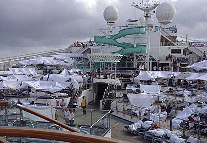 Los pasajeros hiciero tiendas de campaña en la cubierta del barco de cruceros Carnival Triumph tras quedar varado. (Archivo/AP)