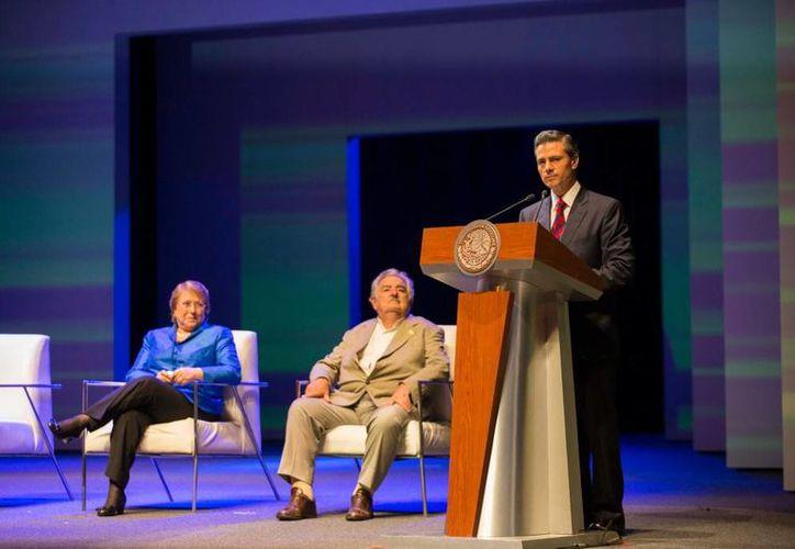 Peña Nieto dijo que su administración busca que la inversión en ciencia y tecnología alcance un 1% del PIB. Detrás del mandatario, sus homólogos de Uruguay, José Mujica, y Chile, Michelle Bachelet. (Presidencia)