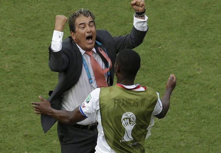 Jorge Luis Pinto se convierte en el primer entrenador colombiano en llegar a cuartos de final en una Copa del Mundo. (AP)