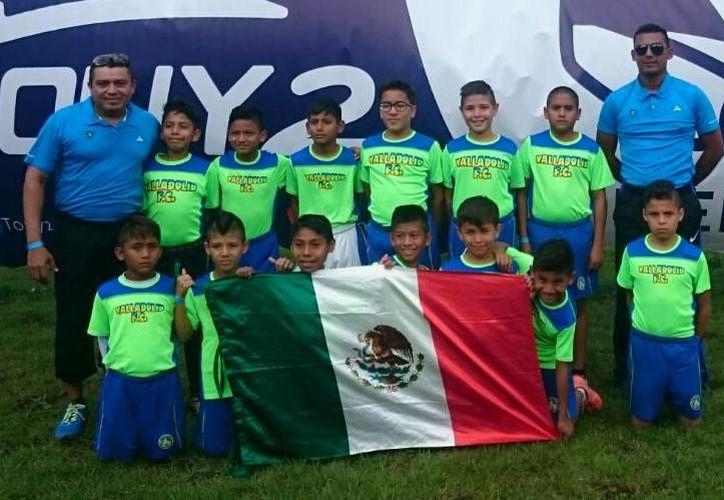 Los jóvenes cancunenses del Colegio Valladolid celebran su victoria, que les permite aspirar a la siguiente ronda. (Ángel Mazariego/SIPSE)