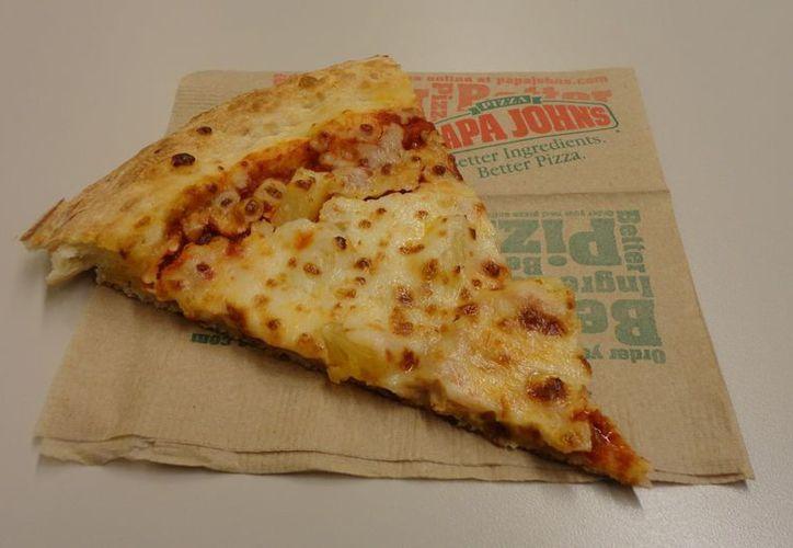 El hombre aguardó mientras la pizza se cocinaba y después se fue a pie. (wordpress.com)