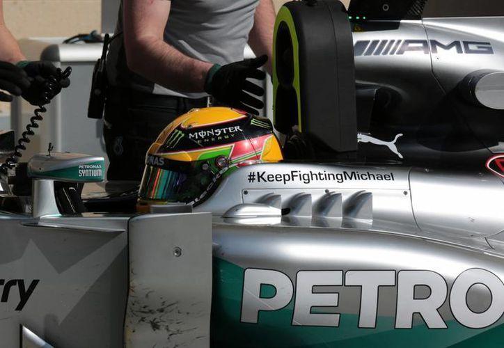 El piloto de la escudería Mercedes Lewis Hamilton realizó el mejor tiempo en la tercera jornada de entrenamientos de la Fórmula Uno, en el circuito de Manama, Bahréin. (Agencias)