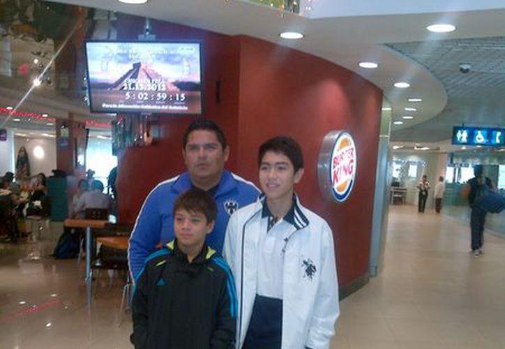 Emilio Suárez y Rodrigo Angulo, con el entrenador Tomás Estrella. (Marco Moreno/SIPSE)