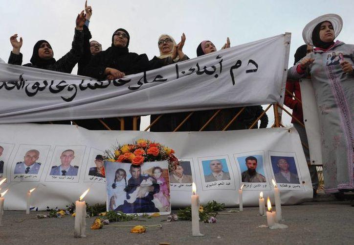 Familiares de los once agentes asesinados, celebran la sentencia. (EFE)