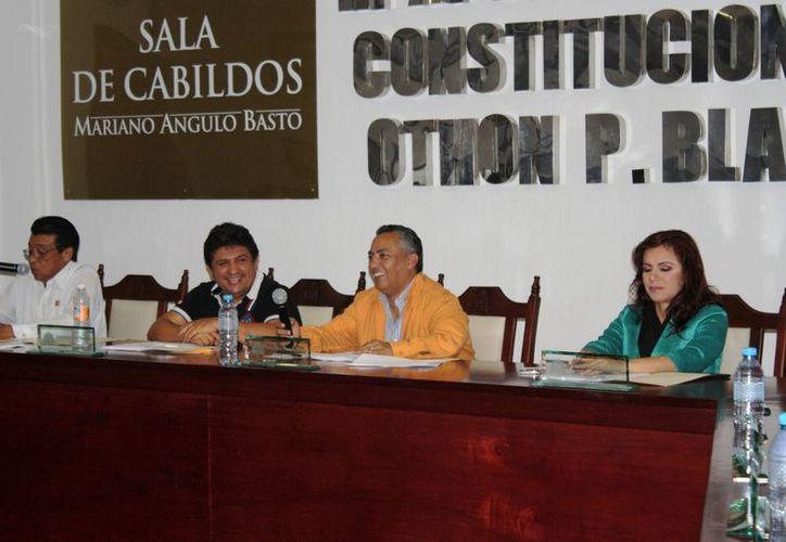 Entre risas, los integrantes del Cabildo aprobaron por unanimidad establecer una nueva prórroga por 60 días para la licitación de transporte. (Enrique Mena/SIPSE)