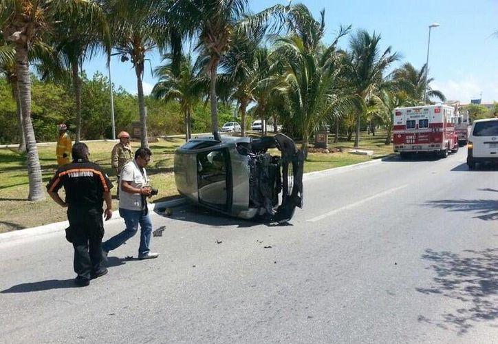 El automóvil terminó volcado de lado obstruyendo la vía de circulación. (Twitter/kingworld81)