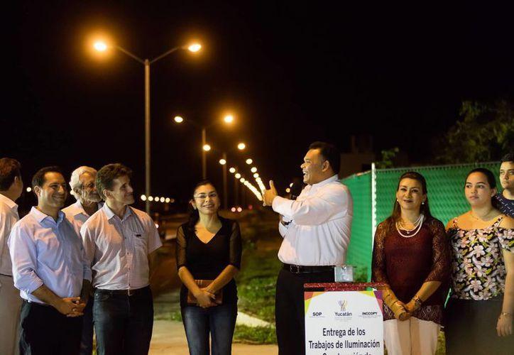 Desde hoy hay iluminación en el Arco Vial Norte, que comunica desde la avenida del complejo habitacional Ciudad Caucel hasta el paso a desnivel de Francisco de Montejo, en el Periférico meridano. (Fotos cortesía del Gobierno)