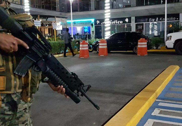 El asesinato se registró en uno de los pasillos de la plaza. (Eric Galindo/SIPSE)