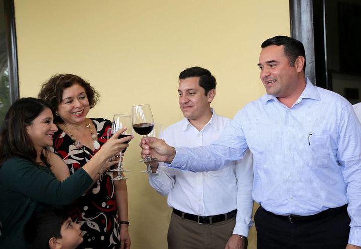 El Alcalde brindó la Navidad de ayer con algunos funcionarios que trabajaron en el día feriado. (Milenio Novedades)
