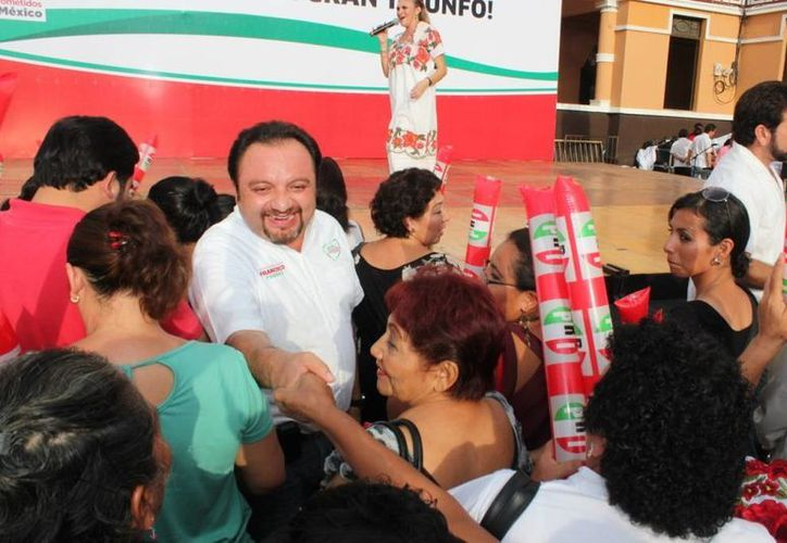 El diputado Francisco Torres Rivas saluda a la gente a su llegada a la celebración priista. (Cortesía)
