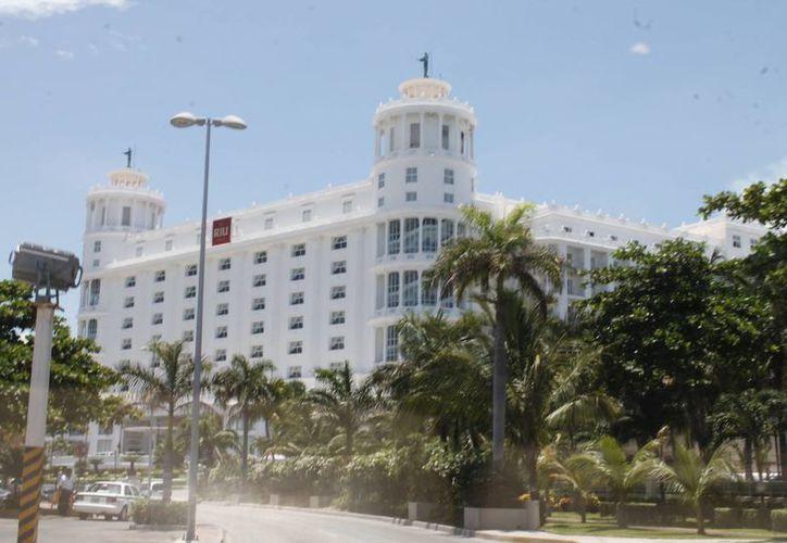 Las cadenas hoteleras extranjeras manejan 23 mil de los 30 mil cuartos que se ofertan en Cancún. (Israel Leal/SIPSE)