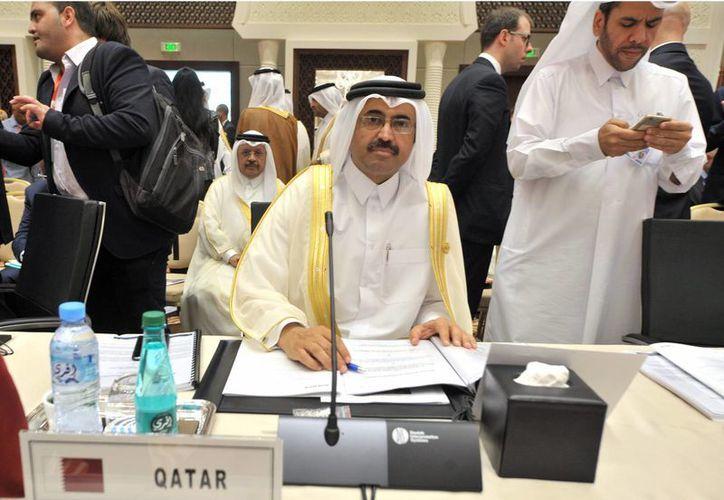 Mohammed Bin Saleh Al-Sada, ministro de Energía e Industria de Qatar, asiste a la sesión de apertura de la 15ta reunión ministerial del Foro Internacional de Energía. (AP/Sidali Djarboub)