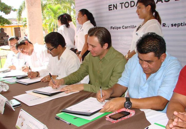 Los representantes de los organismos firmantes encabezaron el inicio de una campaña enfocada al uso y divulgación de la lengua maya. (Manuel Salazar/SIPSE)