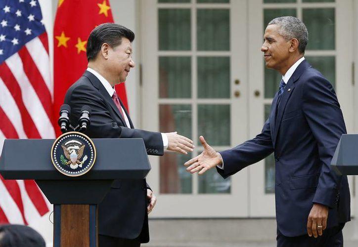 El presidente Barack Obama le da la mano al presidente de China, Xi Jinping, después de la nueva conferencia conjunta en el Jardín de las Rosas de la Casa Blanca en Washington , este viernes por la mañana. (AP Photo/Evan Vucci)
