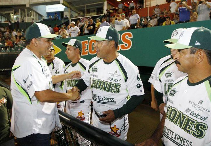 El gobernador Rolando Zapata Bello saluda a jugadores de Leones de Yucatán en el juego inaugural de la Liga Mexicana en el estado. (SIPSE)