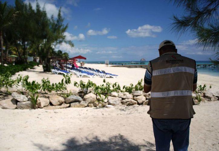 En la playa del hotel Azul Fives aún sigue la barda de piedras que impide el libre acceso a los arenales. (Octavio Martínez/SIPSE)