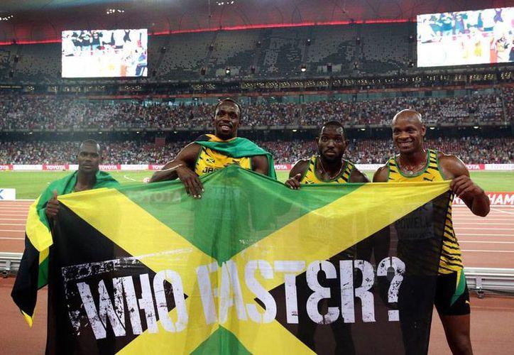 Jamaica volvió a brillar en parte por la 'ayuda' de Usain Bolt, quien completó el último relevo del 4x100 para llevarse el oro, en el Nido de Pájaro, en Beijing, China. (AP)