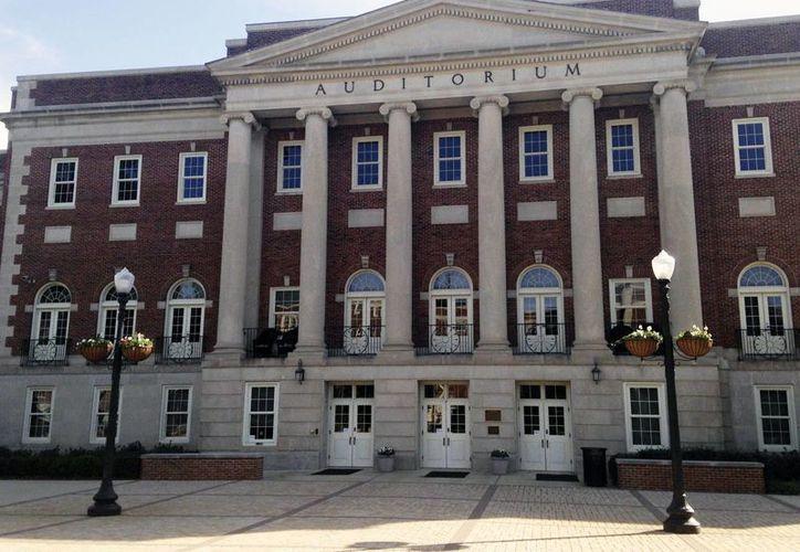 Entrada del Auditorio Foster, en la Universidad de Alabama, donde el gobernador George Wallace se paró para evitar que dos estudiantes negros entraran. (AP/Russell Contreras)