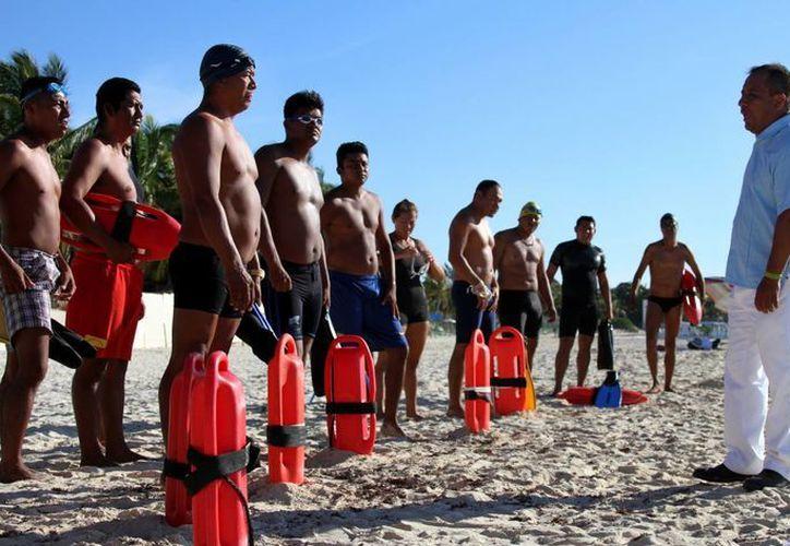 Una veintena de guardavidas solidarenses obtuvieron este viernes la recertificación en rescates acuáticos.  (María Mauricio/SIPSE)