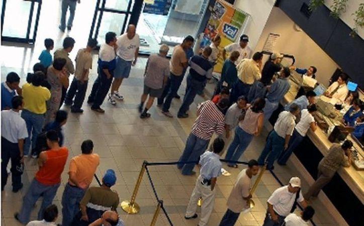 El 1 de enero los clientes de la banca sólo podrán acceder a los servicios en cajeros automáticos o por teléfono e internet. (Notimex)