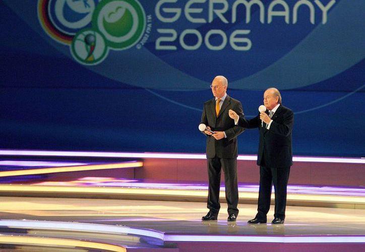 Franz Beckenbauer es señalado como posible implicado en la compra de votos para que Alemania fuera sede del Mundial de 2006. En esta foto, de de septiembre de 2005, aparece Beckenbauer (izda), con Josepp Blatter, presidente de FIFA que hoy también está en el ojo del huracán por corrupción, lo cual le haría pisar la cárcel. (EFE)