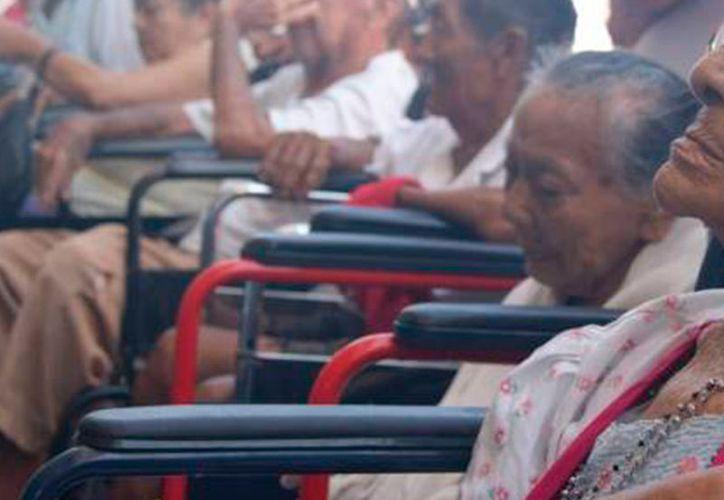 """La cancelación del trámite de superviviencia del programa """"65 y más"""", en Yucatán, evitará problemas sobre todo los ancianos que tiene alguna discapacidad. (Archivo/SIPSE)"""