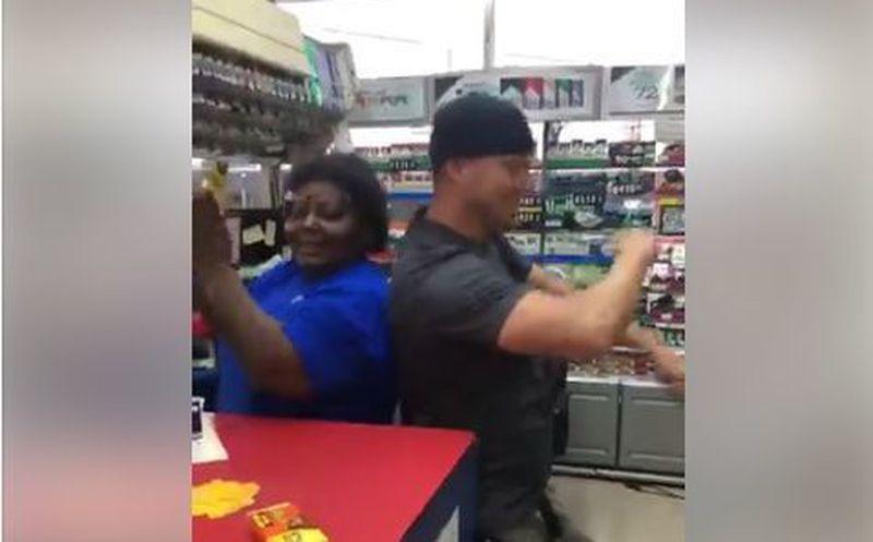 Tatum charló con la cajera y luego bailó con ella al ritmo de