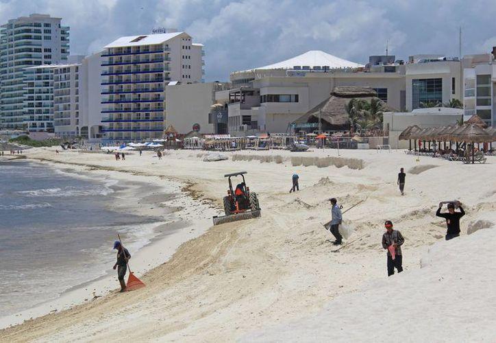 Los trabajadores tratan de mantener limpias las playas más visitadas. (Jesús Tijerina/SIPSE)