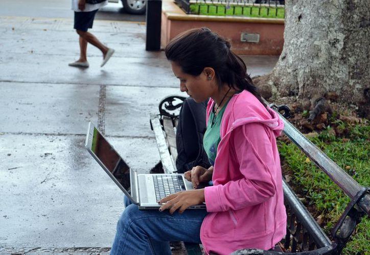 El grupo de población de entre 12 y 34 años es el que más utiliza el servicio de internet. (Archivo/SIPSE)
