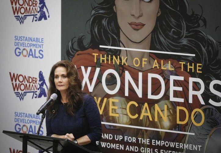 Lynda Carter, quien personificó a la Mujer Maravilla en televisión, habla ante representantes de Naciones Unidas luego de que la super heroína fuera designado embajadora para el empoderamiento femenino. (AP/Bebeto Matthews)
