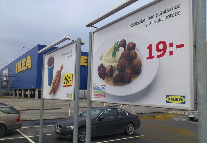 Un cartel publicita el plato de albóndigas ofrecido por la cadena IKEA en Malmo. (EFE)