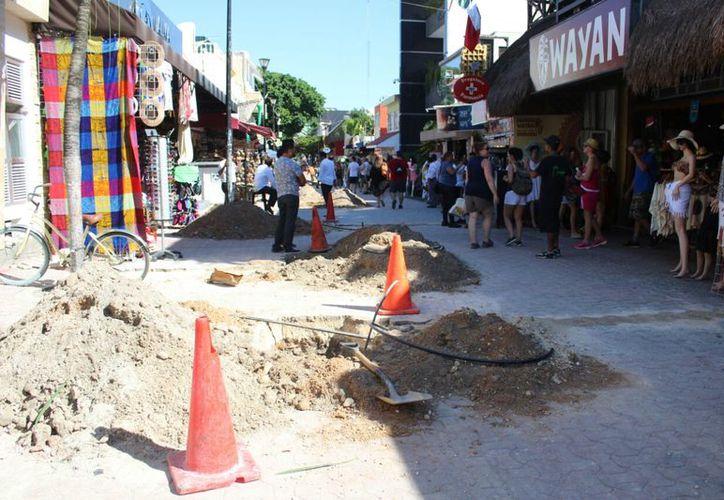 Los visitantes tienen que esquivar los hoyos, las herramientas y materiales. (Daniel Pacheco/SIPSE)