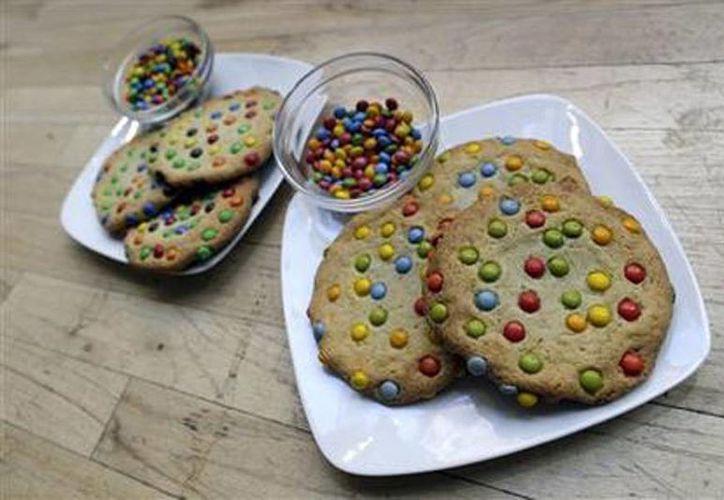Galletas hechas con colorantes naturales (der), y otras con colorantes artificiales en Panera Bread, llegan a tiendas en Nueva York. (Agencias)