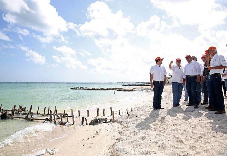 El gobernador de Yucatán, Rolando Zapata, supervisó el proyecto de recuperación de playas en la franja costera experimental entre Chuburná Puerto y Yucalpetén. (Cortesía)