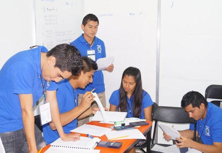 El espíritu emprendedor lleva a jóvenes a acercarse las puertas de la Secretaría de Economía. (Israel Leal/SIPSE)
