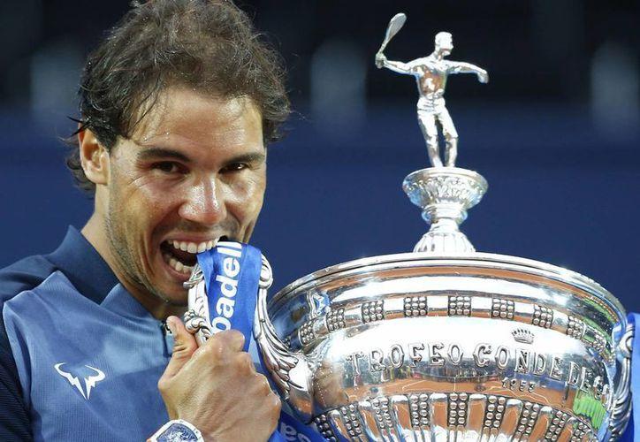 Rafael Nadal derrotó al vigente campeón Kei Nishikori 6-4, 7-5 para conquistar por novena ocasión el título del Abierto de Barcelona y empató el récord de Guillermo Vilas de 49 coronas en torneos en arcilla. (AP)
