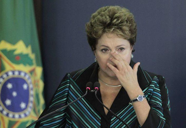 Durante la presentación del informe, la presidenta Dilma Rousseff perdió la compostura, ya que ella fue capturada, torturada y encarcelada durante la dictadura. (Agencias)