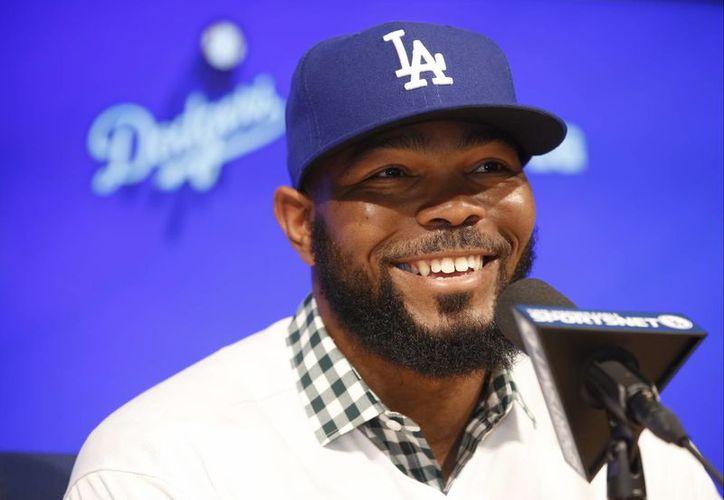 Howie Kendrick contesta preguntas de la prensa durante una conferencia en el estadio de los Dodgers. (Foto: AP)