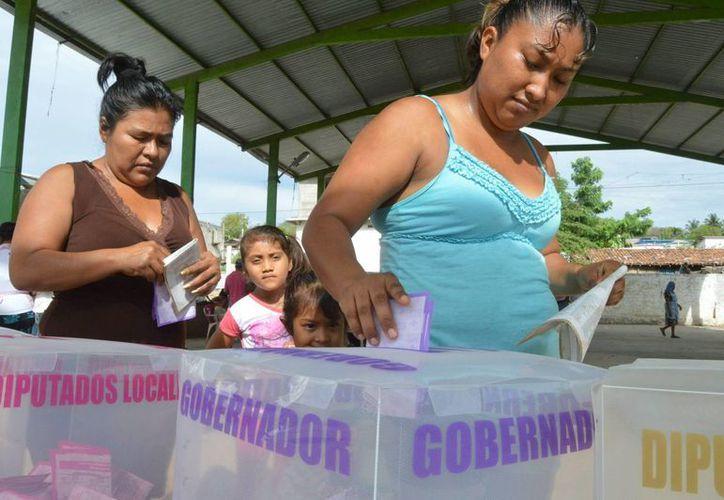 Los millones de ciudadanos que salieron a votar eligieron a los partidos contrarios al poder que actualmente gobierna. Imagen de un par de mujeres al ejercer su voto. (Archivo/Notimex)