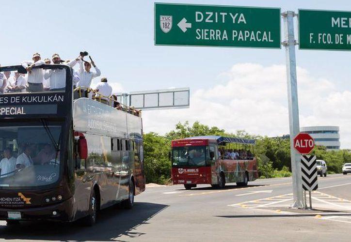 El gobernador de Yucatán, Rolando Zapata Bello, y su comitiva recorrieron la nueva vía. (SIPSE)