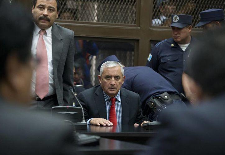 Otto Pérez Molina renunció este jueves y se presentó voluntariamente ante los jueces para enfrentar las acusaciones de corrupción en su contra. (AP)