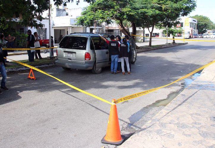 La camioneta que trasladaba a Marcelino se detuvo por completo en la calle 7, de la colonia García Ginerés, a unas cuadras de llegar al nosocomio. (Fotos: Jorge Pallota/SIPSE)