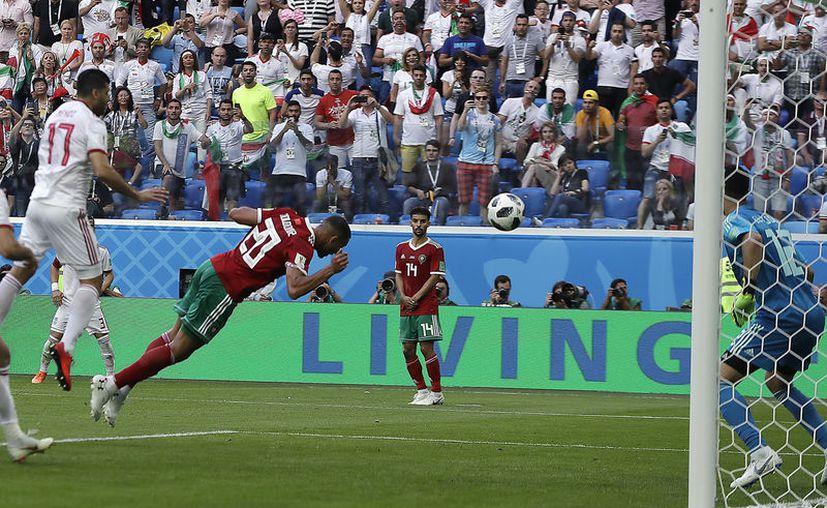 Aziz Bouhaddouz cometió el primer autogol de Rusia 2018 y con eso Irán le sacó 3 puntos a Marruecos. (Foto: The Associated Press)