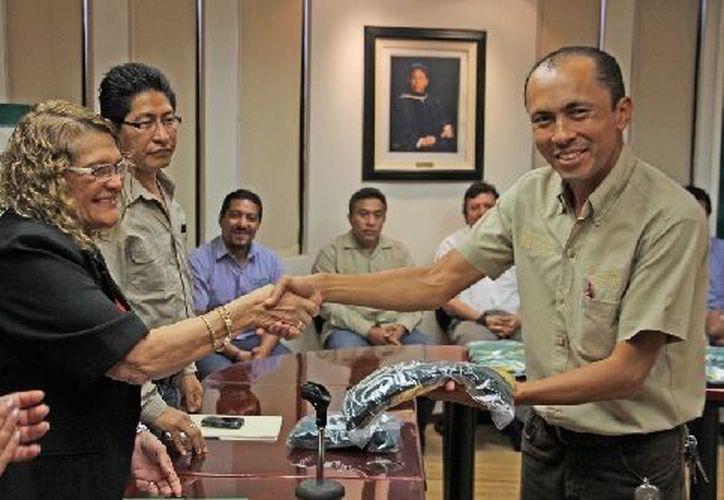 La rectora de la Universidad de Quintana Roo, Elina Coral Castillo, encabezó la entrega de uniformes a los capitanes y directivos. (Jorge Carrillo/SIPSE)