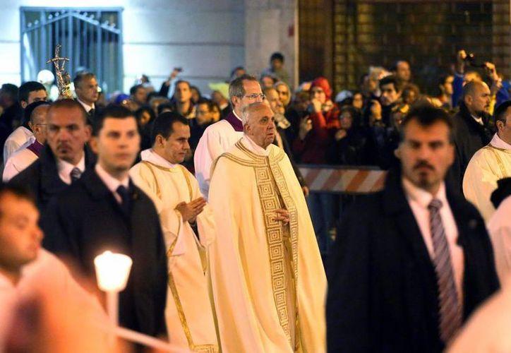 El papa Francisco participa en una procesión desde la basílica de San Pedro a la basílica Santa María La Mayor como parte de la celebración del Corpus Domini en Roma, Italia. (EFE)