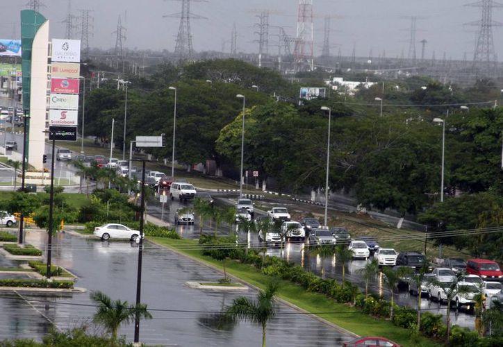 Para hoy sábado la Conagua anticipa condiciones de cielo de nublado a medio nublado con la posibilidad de precipitaciones de fuertes a localmente muy fuertes en el oriente y norte de Yucatán. (SIPSE)