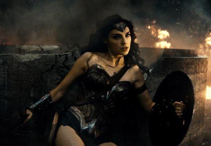 Gal Gadot interpreta a Wonder Woman en la nueva película 'Batman vs Superman', aunque aquí solamente se muestra una probadita del personaje que tendrá su propia película en el 2017, dirigida por Patty Jenkins. (Imágenes de AP)