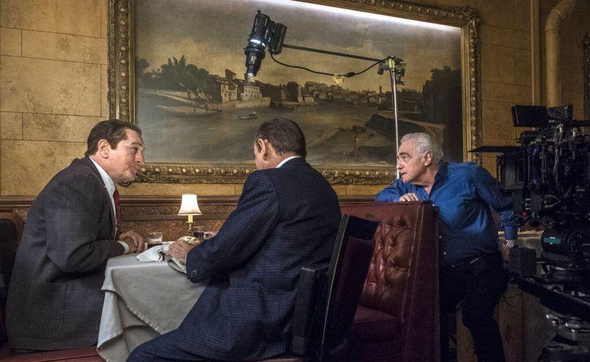 """En esta imagen difundida por Netflix, el director Martin Scorsese, a la derecha, con los actores Robert De Niro, a la izquierda, y Joe Pesci en el plató de """"The Irishman"""".  (Niko Tavernise/Netflix vía AP)"""
